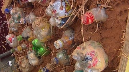 Пластиковые бутылки используют в качестве кирпичей в ЮАР